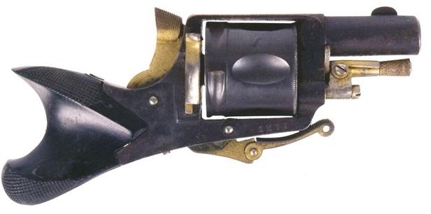 """Револьвер """"Clic Clac"""" Эмиля Фрэйпоннта с рукояткой в виде хвоста рыбы"""